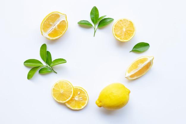 Лимон и ломтики с листьями на закругленной композиции кадра