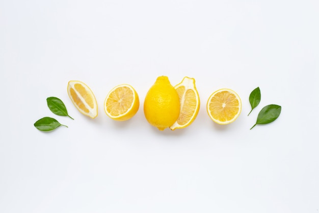 白で隔離される葉を持つ新鮮なレモン
