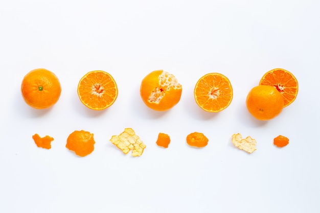 白で隔離される新鮮なオレンジ色の柑橘系の果物。