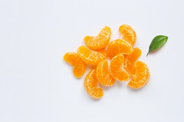 マンダリンセグメント、白で隔離される新鮮なオレンジ。コピースペース