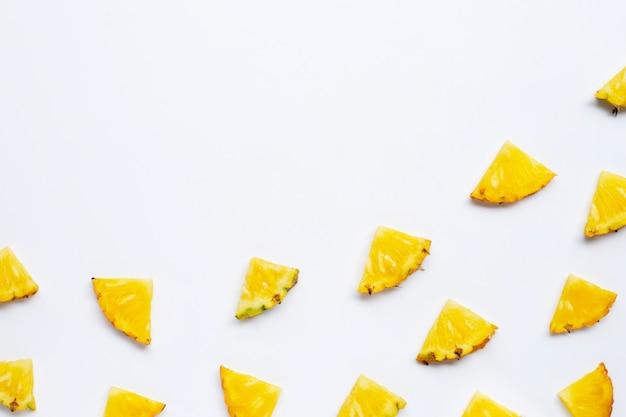 Летние фрукты. нарезанный ананас на белом фоне. копировать пространство