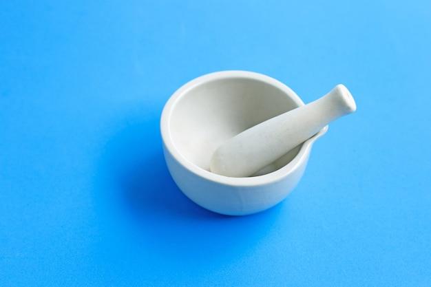 青の背景に乳鉢と乳棒。