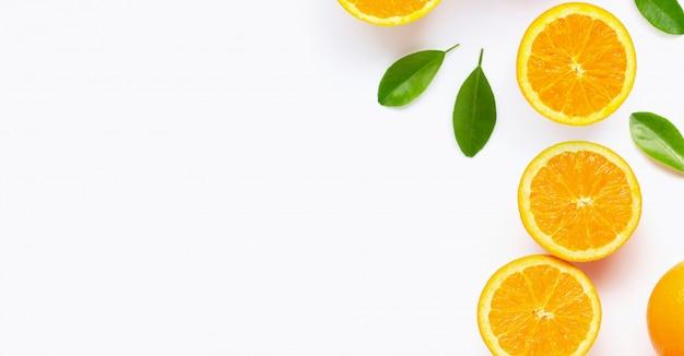 白で隔離の葉と新鮮なオレンジの柑橘系の果物。