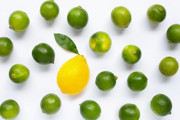 白で隔離される石灰と新鮮なレモン