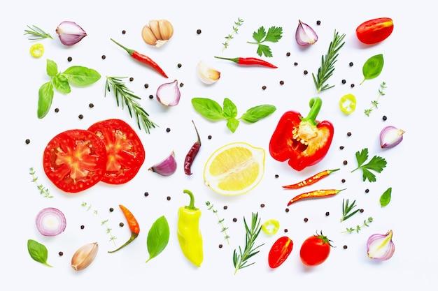 さまざまな新鮮な野菜とハーブの白い背景の上。健康的な食事