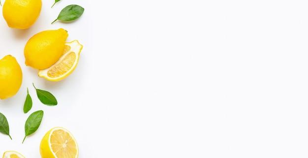 新鮮なレモンと白で隔離される葉のスライス。