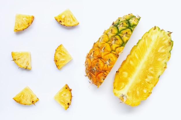 Кусочки ананаса на белом.