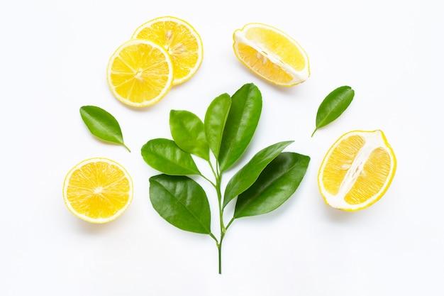 Ломтики лимона с изолированными листьями