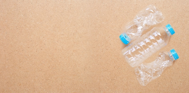 合板の背景にプラスチック製のボトル。