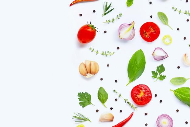 さまざまな新鮮な野菜と白い背景のハーブ。健康的な食事のコンセプト