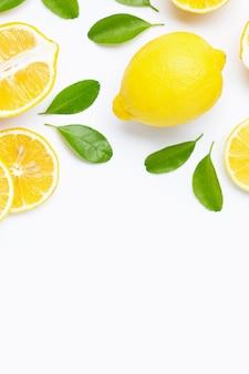 Лимон, изолированные на белом фоне.