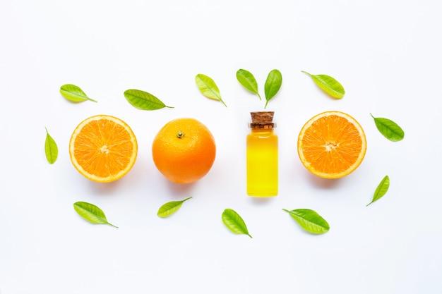 Масло цитрусовых натуральное апельсиновое витамин с со свежими оранжевыми и зелеными листьями