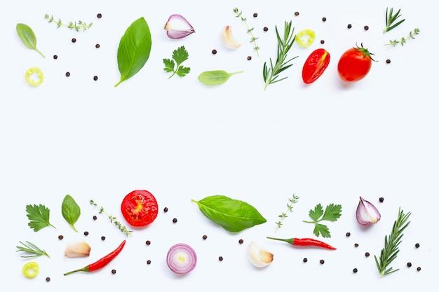 様々な新鮮な野菜と白い背景の上のハーブ