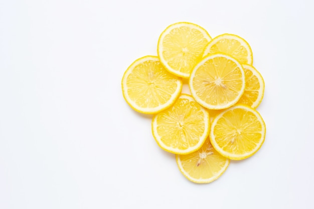 白の新鮮なレモンスライス