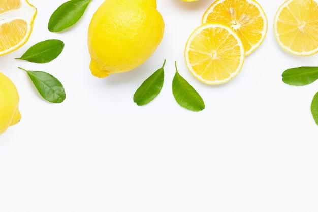 白で隔離のスライスと新鮮なレモン。