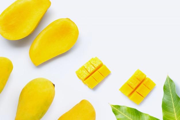 Тропический фрукт манго на белом фоне