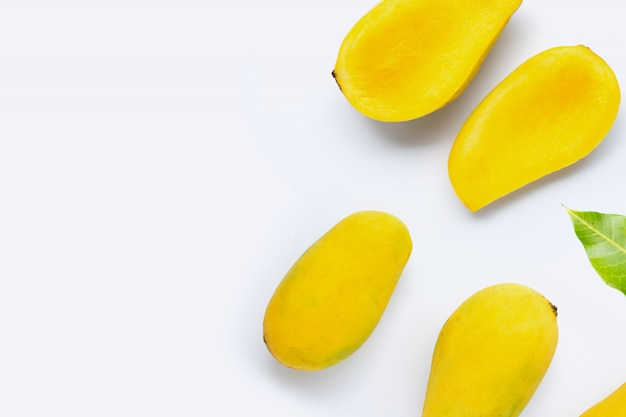 Тропический фрукт, манго на белом