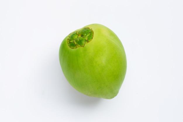 白で隔離される新鮮な緑の若いココナッツフルーツの全体