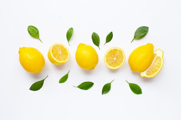Свежий лимон с изолированными листьями
