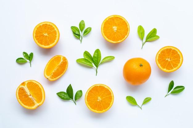 Высокий витамин с, сочный и сладкий. свежий апельсин с зелеными листьями