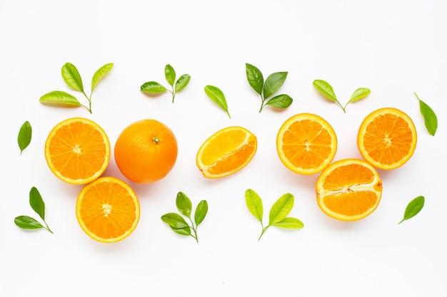 Высокое содержание витамина с. свежие оранжевые цитрусовые с листьями, изолированные на белом.