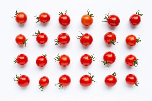 Свежие томаты изолированные на белизне.