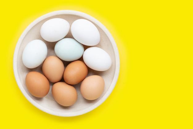 Яйца на желтом.