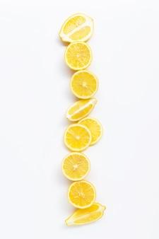 白い背景の上の新鮮なレモンスライス。