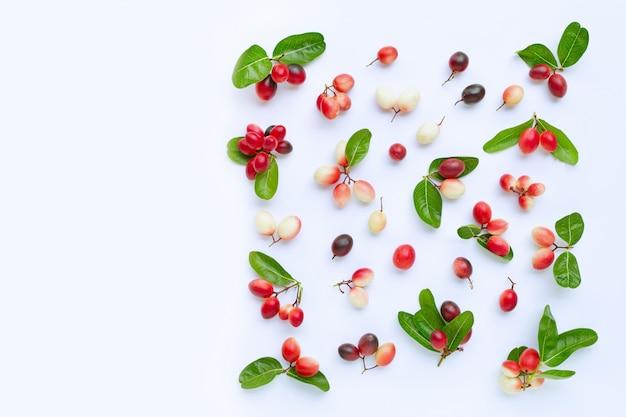 白で隔離の葉でカルンダまたはカロンダの果物