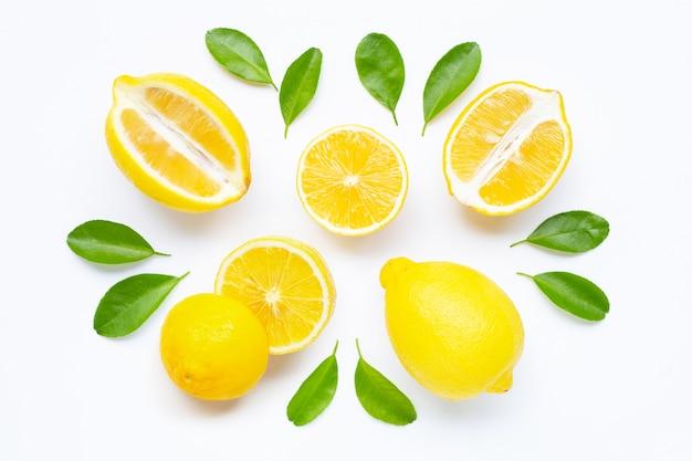 Лимон и ломтики с изолированными листьями