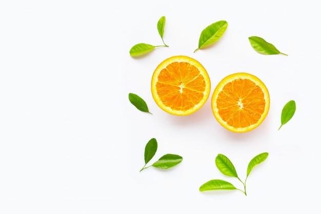 白で隔離の葉と新鮮なオレンジの柑橘系の果物