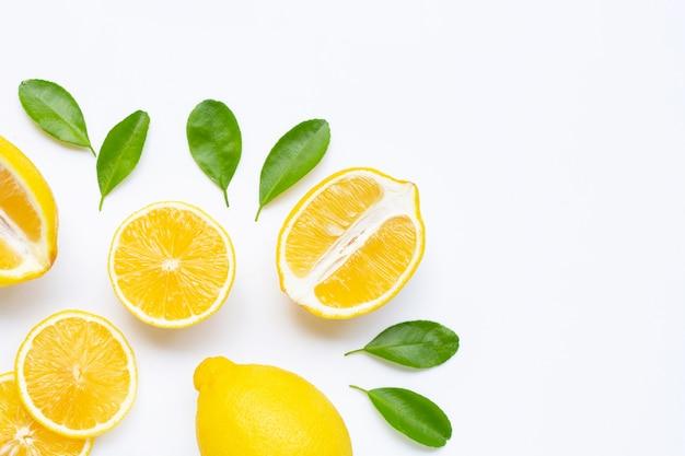 Лимон и ломтики с листьями на белом фоне