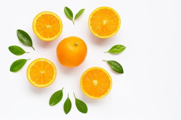 分離した葉と新鮮なオレンジの柑橘系の果物