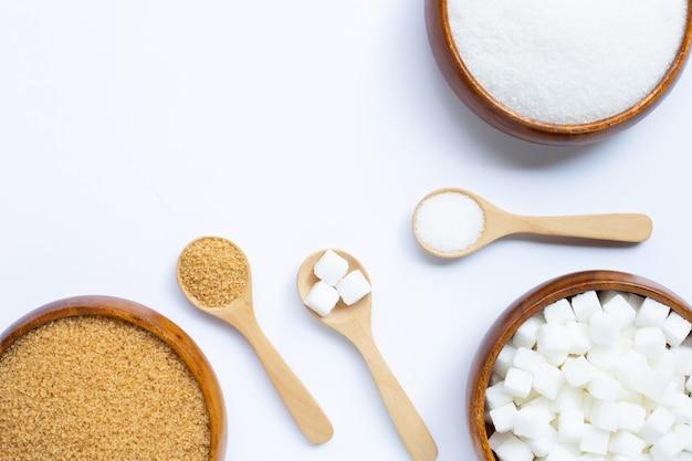 白い背景にさまざまな種類の砂糖。