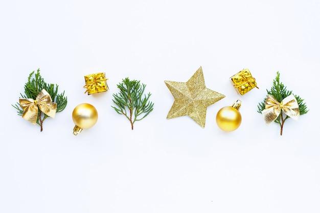 メリークリスマスとハッピーホリデー、クリスマス組成。贈り物、松の枝、装飾