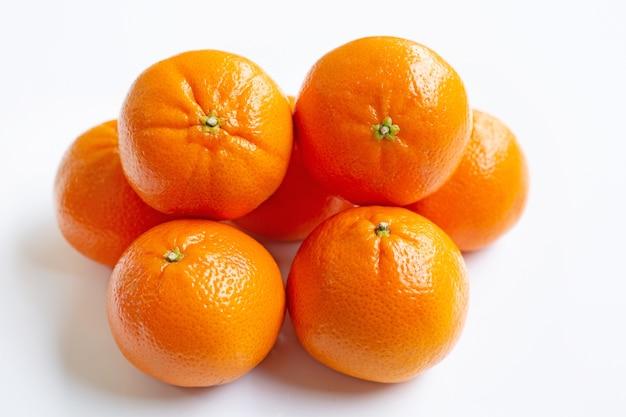 マンダリンオレンジ。白色の背景