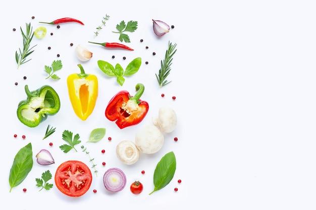 さまざまな新鮮な野菜やハーブ。健康的な食事のコンセプト