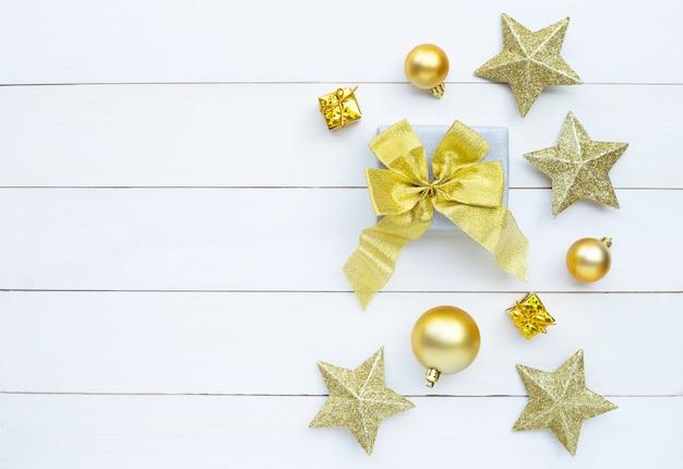 メリークリスマスとハッピーホリデー、クリスマス組成。ギフト用の箱と白い木製の背景の装飾。