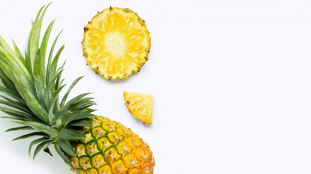 白い背景の上の新鮮なパイナップル。