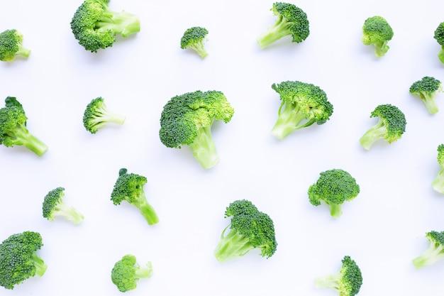 白地に新鮮な緑のブロッコリー
