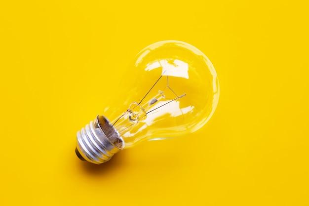 黄色の背景に電球。