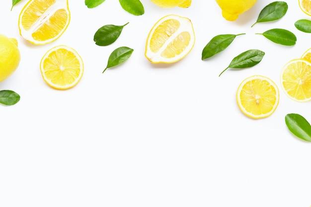 白地に緑の葉と新鮮なレモン。