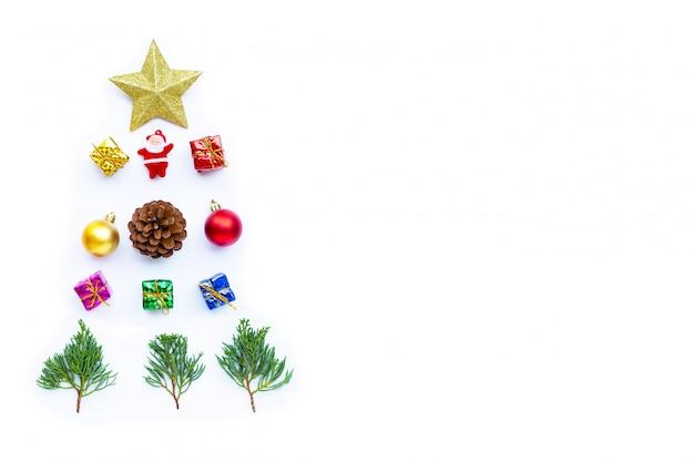 メリークリスマスとハッピーホリデー、クリスマス組成。ギフト、松の枝、白い背景の上の装飾。コピースペース