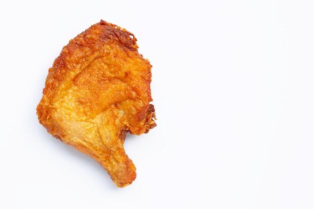 Жареная курица на белом фоне.