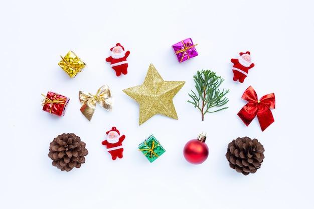 メリークリスマスとハッピーホリデー、クリスマス組成。ギフト、松の枝、白の装飾