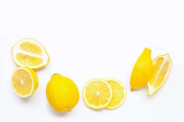 白い背景の上の新鮮なレモン。