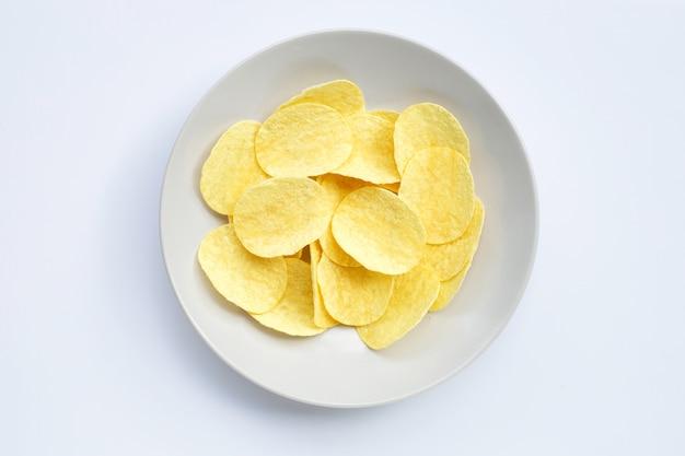 Картофельные стружки на белом фоне.