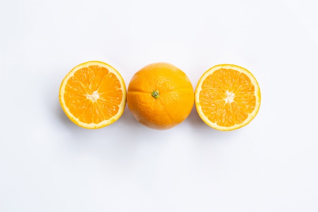 白い背景に隔離されたオレンジの果実のトップビュー。