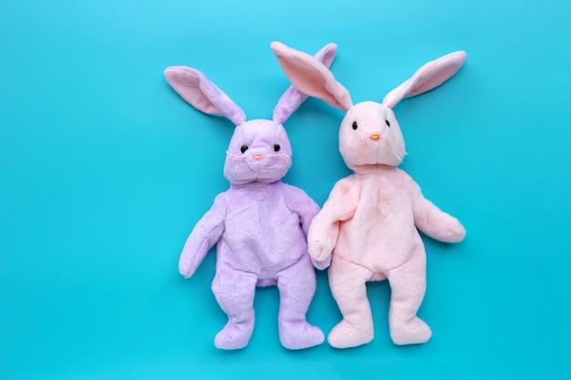 青の背景にウサギのおもちゃのカップル。