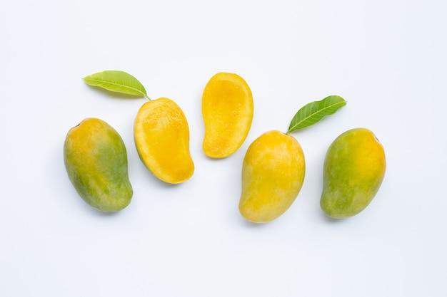 Тропический плодоовощ, манго на белой предпосылке.